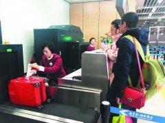 南站候机楼职员正在为游客托运行李